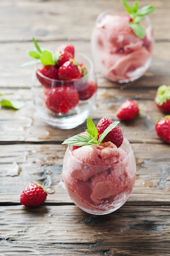 Sorbet with strawberry and mint