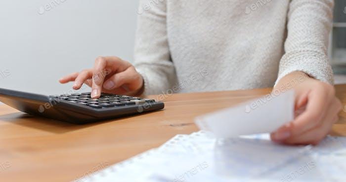 Женщина рассчитать расходы на повседневную жизнь