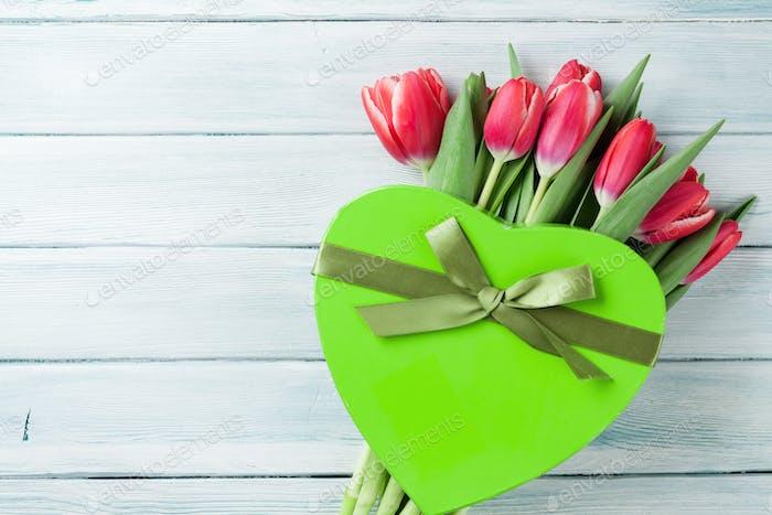 Rote Tulpen Blumenstrauß und Geschenkbox