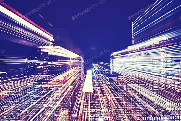 New York City Nachtskyline mit futuristischem Zoomeffekt.