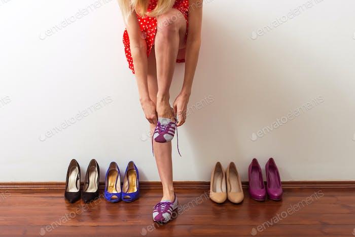 Mädchen wählen Schuhe