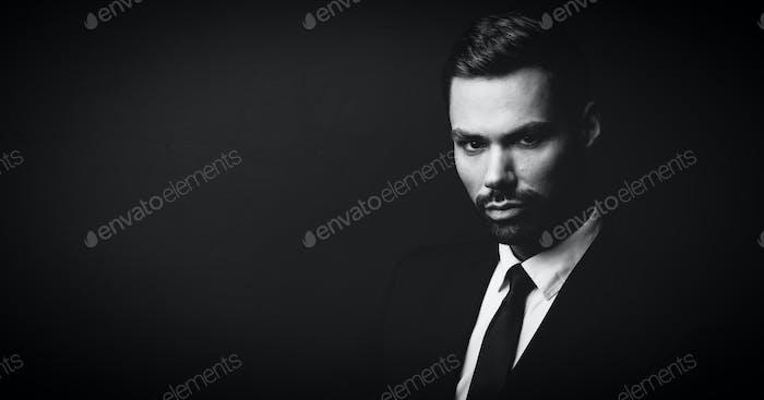 Schwarz-Weiß-Porträt von jungen Geschäftsmann