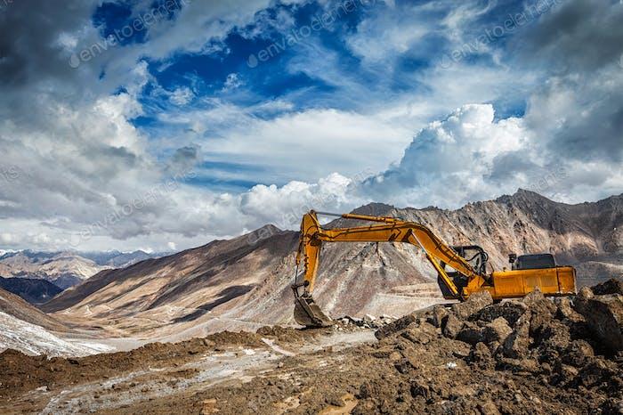 Straßenbau in den Bergen Himalaya