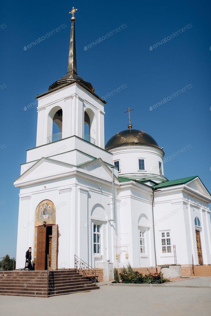 Kathedrale der orthodoxen Kirche mit Icons und Altar