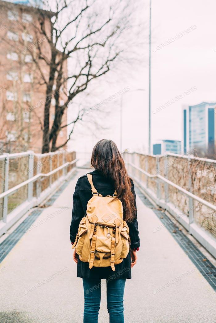Rückansicht der jungen Frau tragen Rucksack zu Fuß im Freien in der
