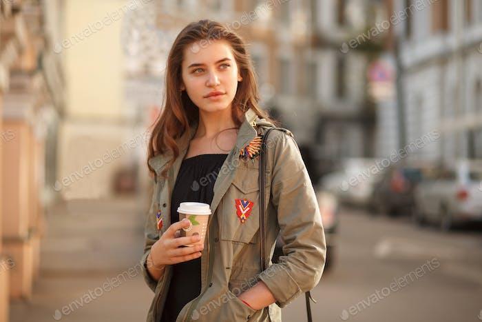 Jugend hübsch weiblich mit Kaffee auf Straße