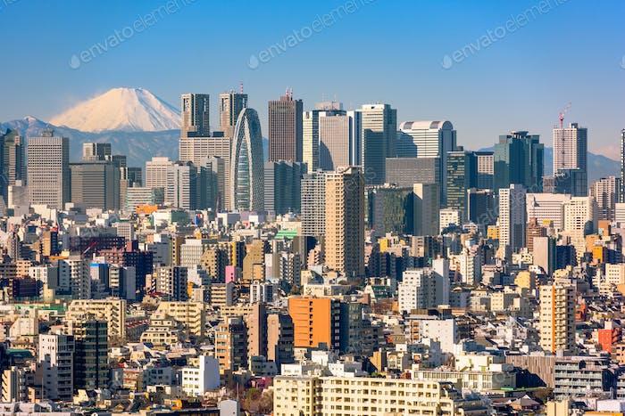 Wolkenkratzer im Bezirk Shinjuku von Tokio mit dem Mt. Fuji