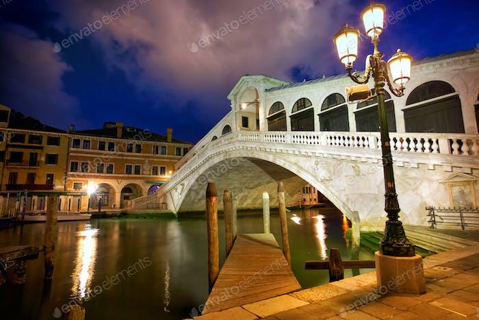 Rialtobrücke in der Abenddämmerung