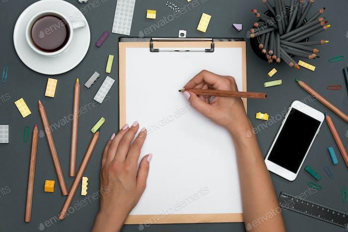 Schreibtisch Schreibtisch Tisch mit Bleistiften, Zubehör, Telefon und weibliche Hände