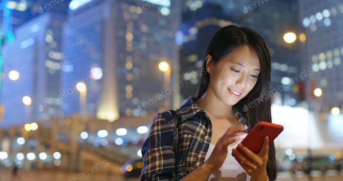 Frau Nutzung des Mobiltelefons in der Nacht