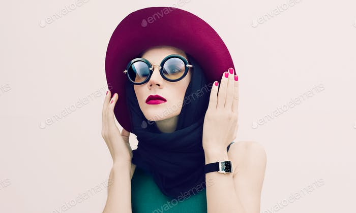 Glamorous lady in vintage hat and sunglasses trend. fashion port