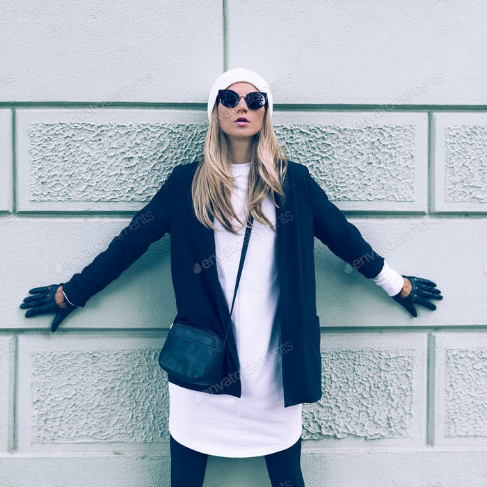 Blonde auf der Straße. Urbane Mode lässig Stil