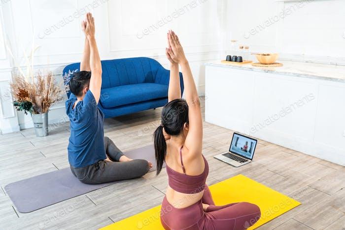 Paar praktiziert Yoga aus Online-Video