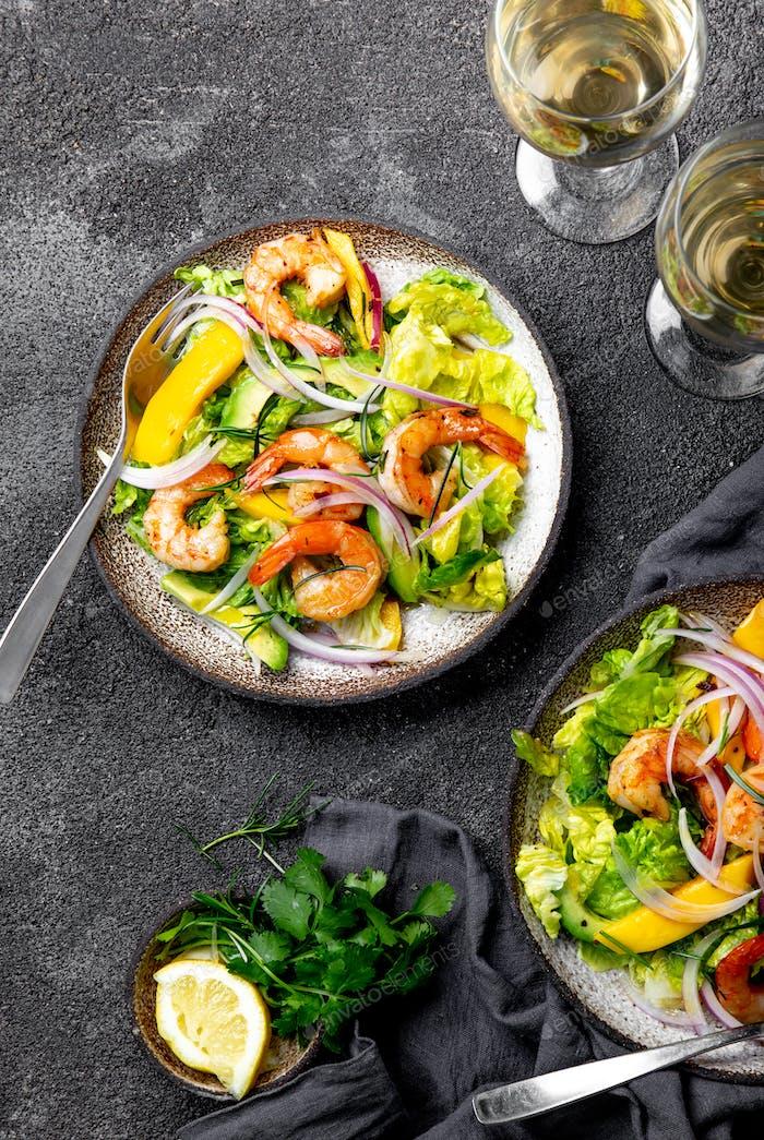 Frische Garnelen, Salat aus Mango Avocado, Olivenöl und Zitrone Dressing