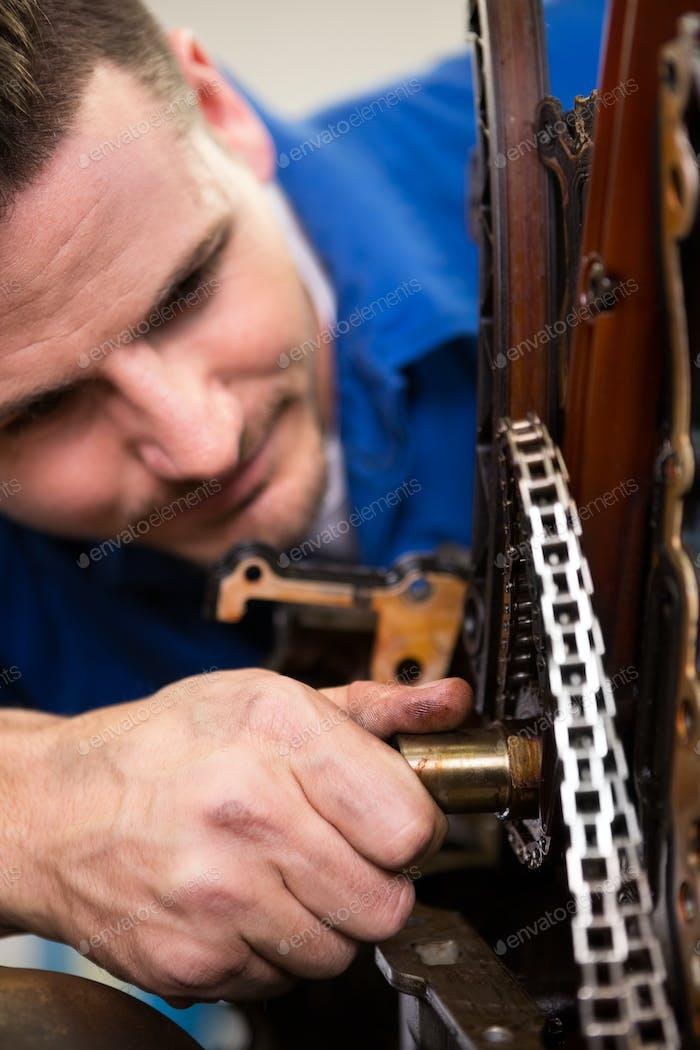 Mechaniker arbeiten an einem Motor in der Reparaturwerkstatt