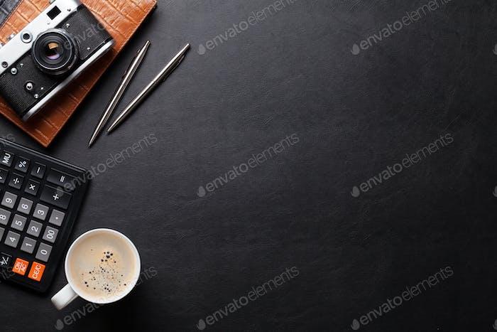 Bürotisch mit Kamera, Zubehör und Kaffee