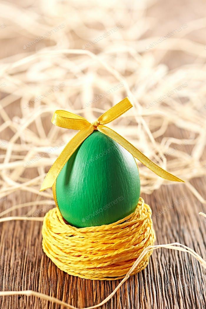 Osterei im Nest, handgefertigt auf Holz