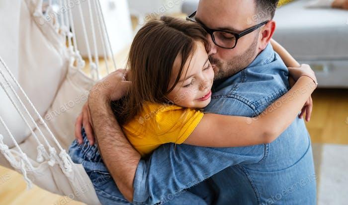 Vater und sein Tochterkind spielen zusammen. Vatertags-Konzept