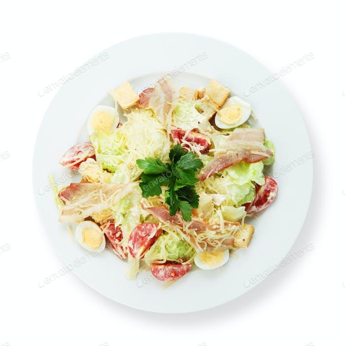 Salat mit Speck, gekochtem Ei und Parmesan.