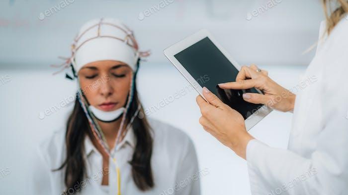 Brainwave EEG oder Elektroenzephalograph Untersuchung des Gehirns in einer Klinik