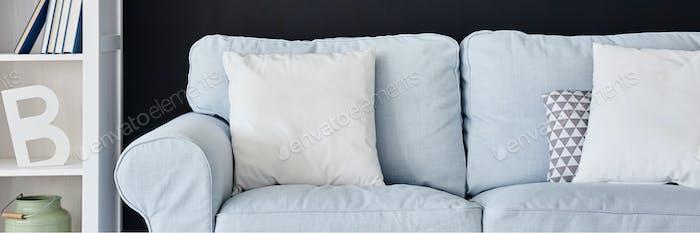 Синий диван в номере