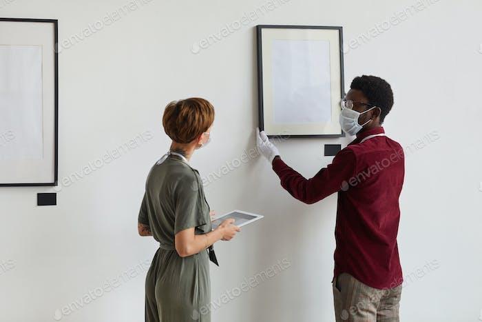 Menschen tragen Masken Planung Kunstgalerie