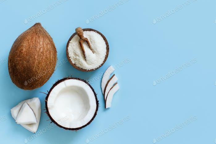 Kokosnussmehl in einer Schüssel mit Kokosstücken Draufsicht