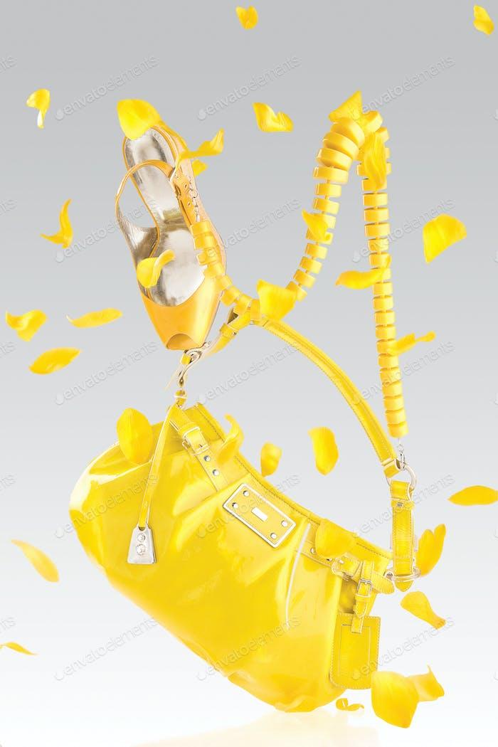 Gelbe Handtasche und Pumps