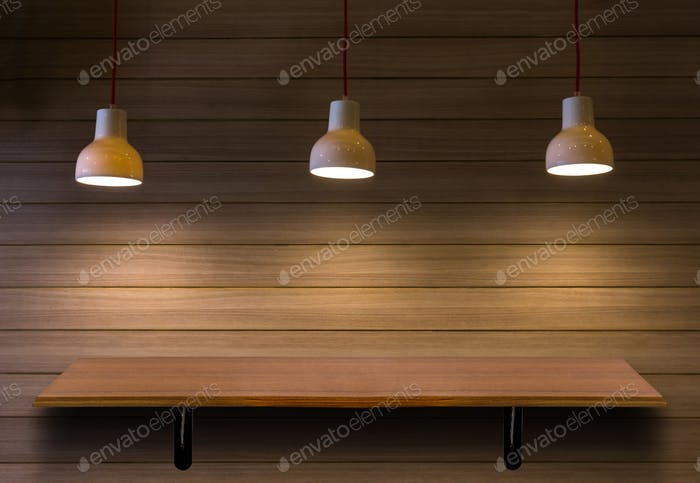 Leere obere Holzregale auf Ziegelmauer mit Aufhellen Hintergrund.