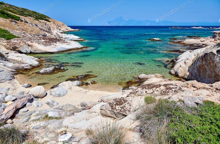 Schöner Strand und felsige Küstenlandschaft in Griechenland
