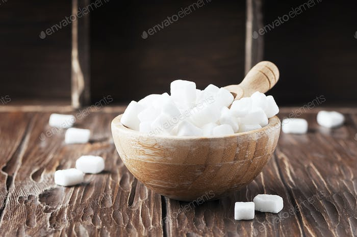 Weißer Zucker auf dem Holztisch