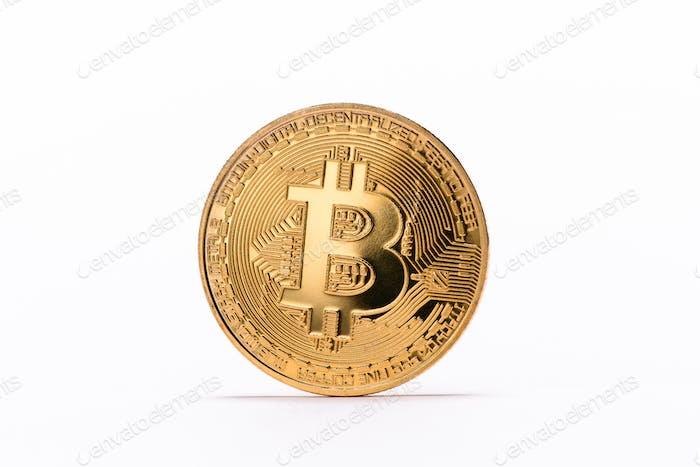 Vista de cerca del bitcoin dorado aislado sobre blanco