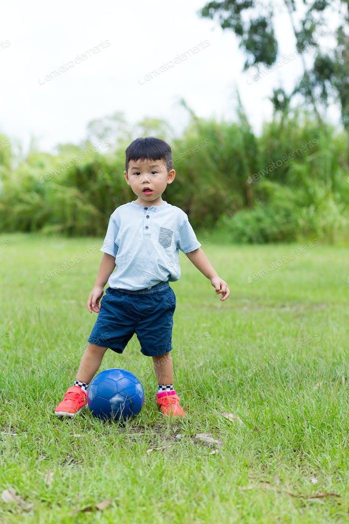 Baby Junge spielen Fußball im Freien