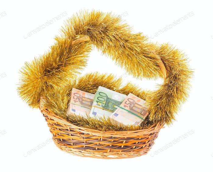 Weidenkorb voller Euro-Scheine.
