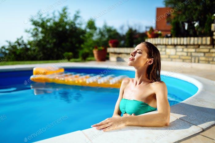 Exotische schöne Frau Sonnenbaden und Schwimmen