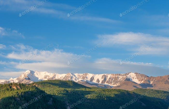 Schöne Winterlandschaft mit schneebedeckten Berggipfeln