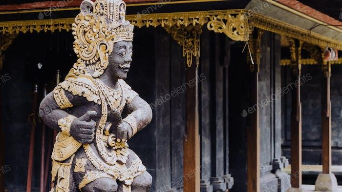 Статуя в храме Пура Бесаких на острове Бали, Индонезия