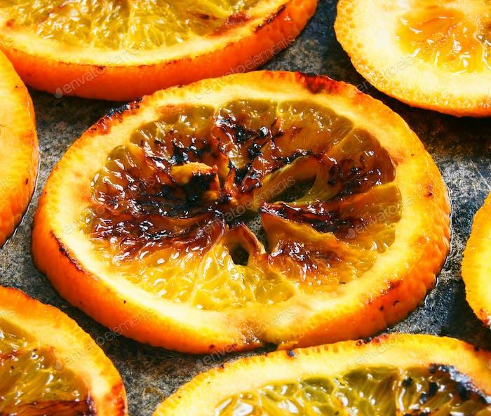 Naranjas fritas en una sartén.