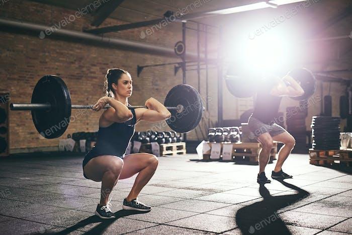 Fit Menschen Training Lift Langhanteln im Fitnessstudio
