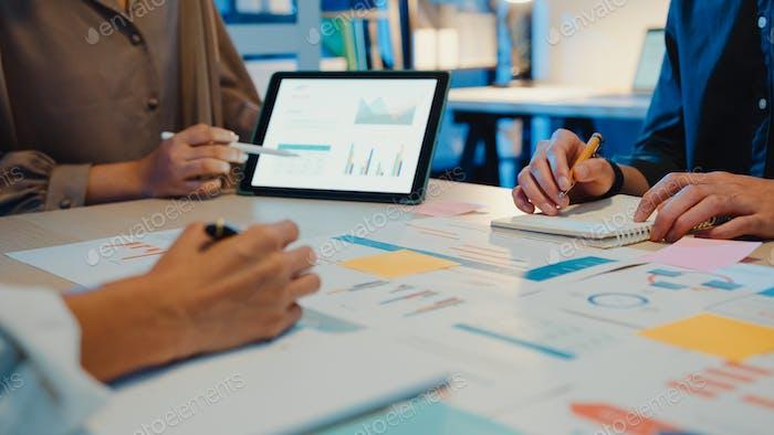 Asia gente de negocios reunión del plan de análisis de estadísticas de lluvia de ideas y cabecera.