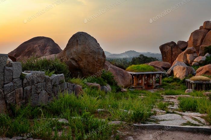 Antike Ruinen von Hampi bei Sonnenuntergang. Indien