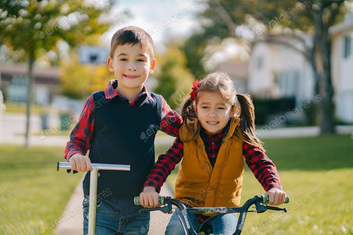 Kleine Kinder in einem Herbstpark