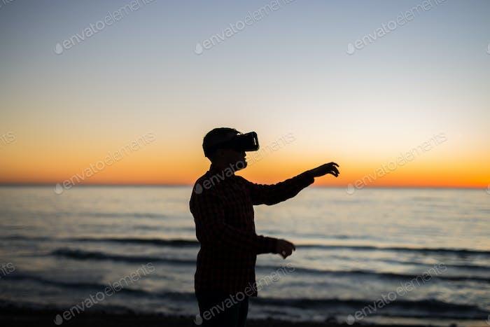 Mann trägt Virtual Reality Brille. Träume werden wahr