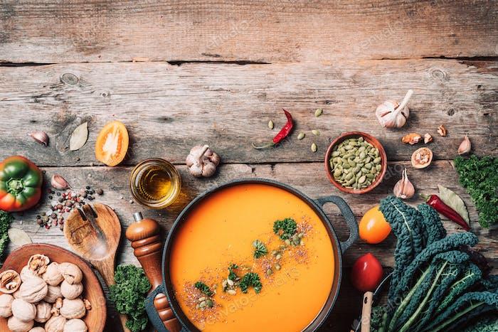 Bio-vegetarische Zutaten und Küchenwerkzeuge. Gesundes, sauberes Essen und Essen Konzept. Vegane Ernährung