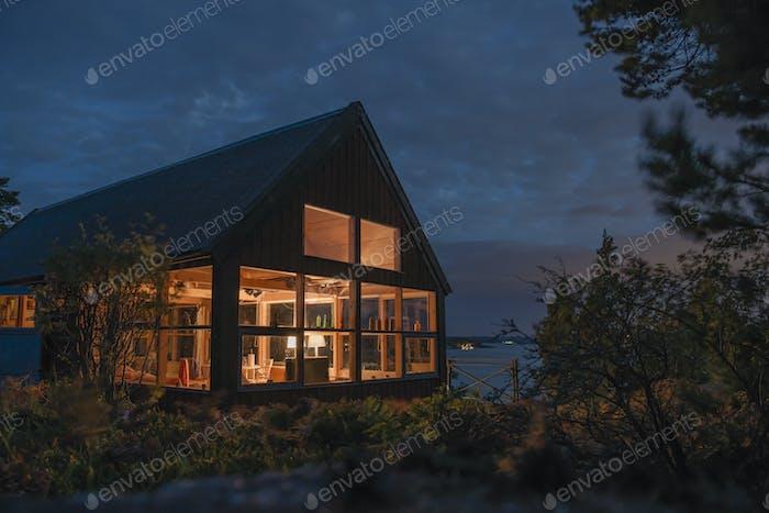 Beleuchtetes Haus in der Nacht