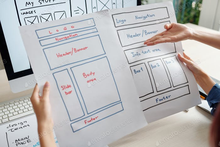 Diseñadores que discuten diseños de sitios web