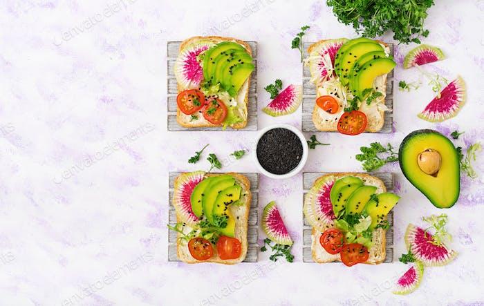 Vegane Sandwiches mit Avocado, Wassermelonen-Rettich und Tomaten