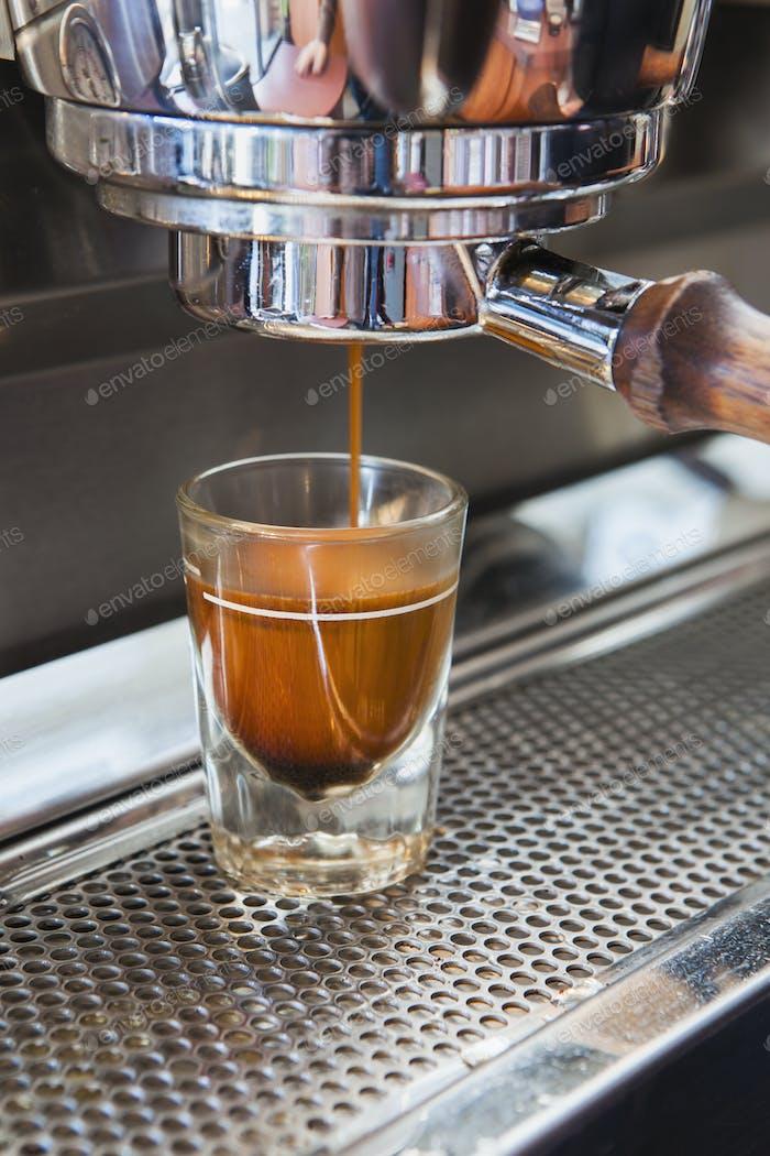 Espressoshot wird aus Espressomaschine gegossen, Seattle
