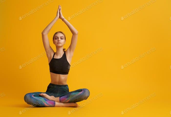 La mujer está practicando yoga