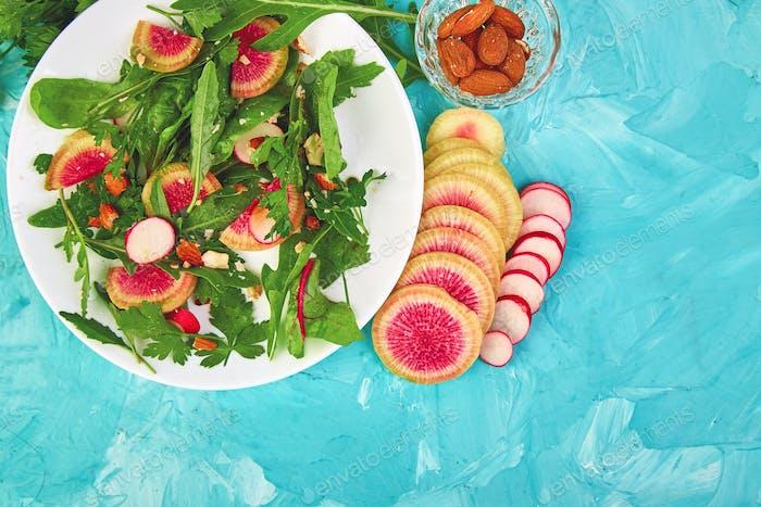 Salat in weißem Teller um Zutat Mix Rettich